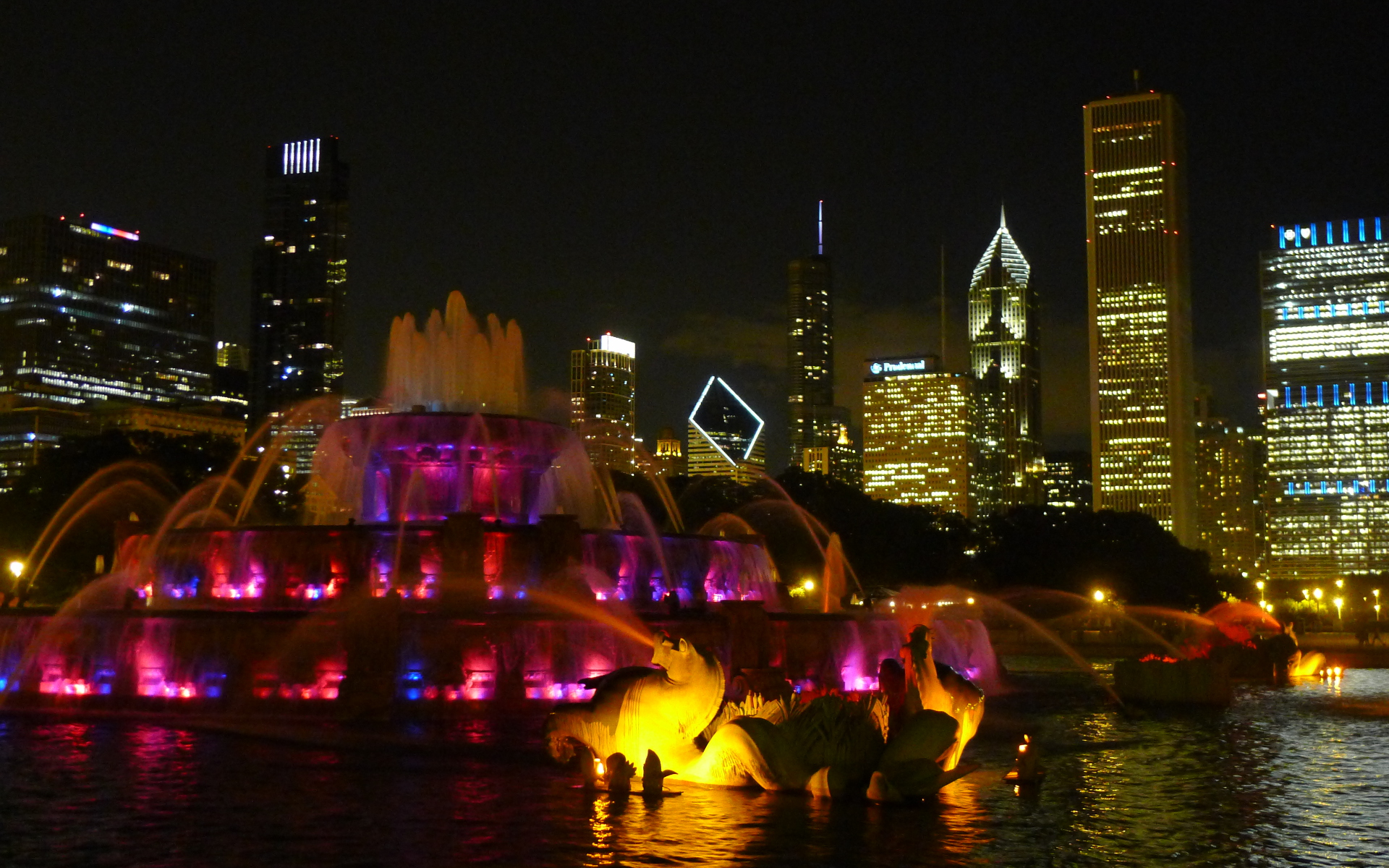 Buckingham Fountain by night